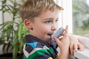 Мальчик пользуется инголятором