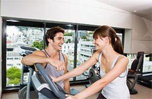 мужчина и женщина в фитнес-клубе
