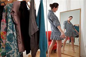 Девушка примеряет платье