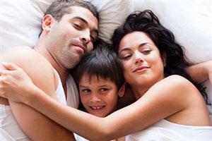 Ребенок в родительской постеле