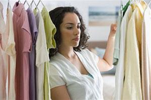 Девушка меряет одежду фото 523-974