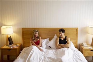Девушка с парнем сидят на кровати