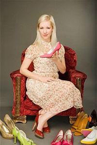 Девушка держит туфли фото