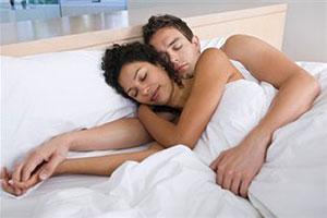 Жена с красоткой подругой трахнули мужа - дойки24.com