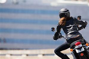 Девушка на мотоцикле крутая