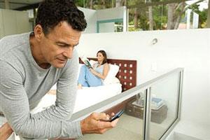 Мужчина смотрит на телефон