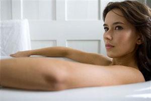 Девушка модельной внешности развлекается с парнем в ванной фото 616-574