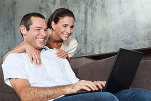 Супруги отдыхают на диване