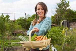 Девушка с корзиной фруктов и овощей