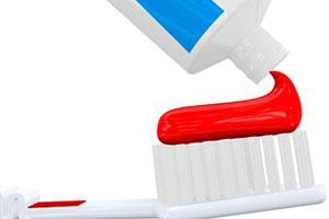 Смотреть Ребенок ест зубную пасту и мел. В чем опасность ситуации видео