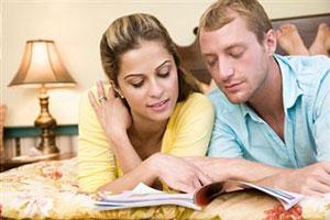 Молодая пара читает журнал