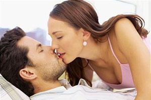 Девушка целует мужчину