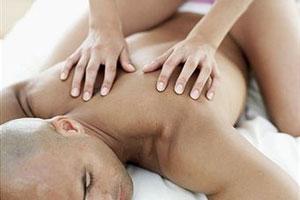 Девушка делает массаж мужчине