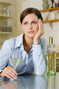 Женщина с бутылкой алкоголя