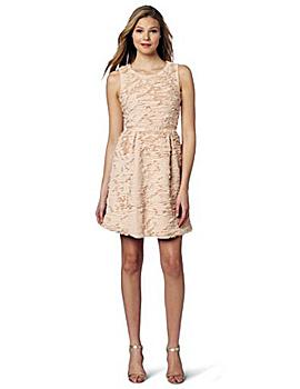 Одна из самых модных тенденций: бежевое платье, которое актуально носить не только осенью, но и летом